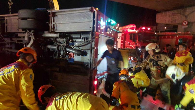消防弟兄值勤遇到酒駕拖板車猛撞,其他弟兄趕緊搶在第一時間救人。(圖/翻攝畫面)