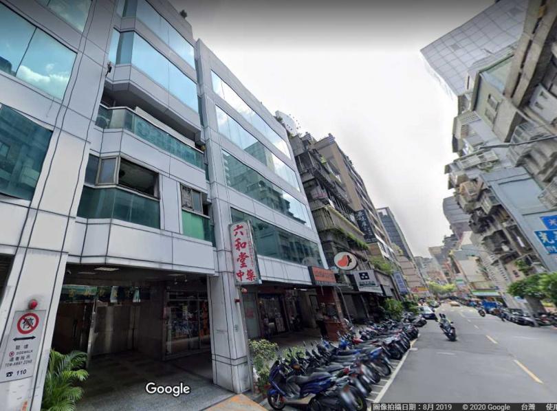 1992年「神話世界KTV」火災建物仍維持原樣,由窗外可見2樓荒廢無人使用。(圖/擷取自Google Map)