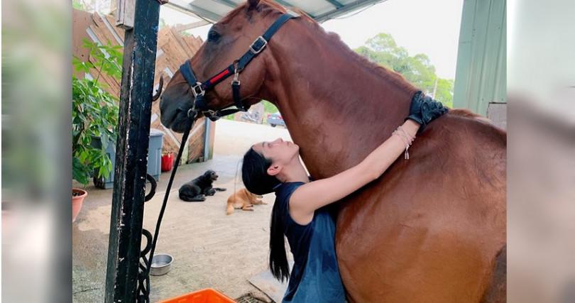 温貞菱近期勤運動,也迷上騎馬。(圖/翻攝自温貞菱臉書)