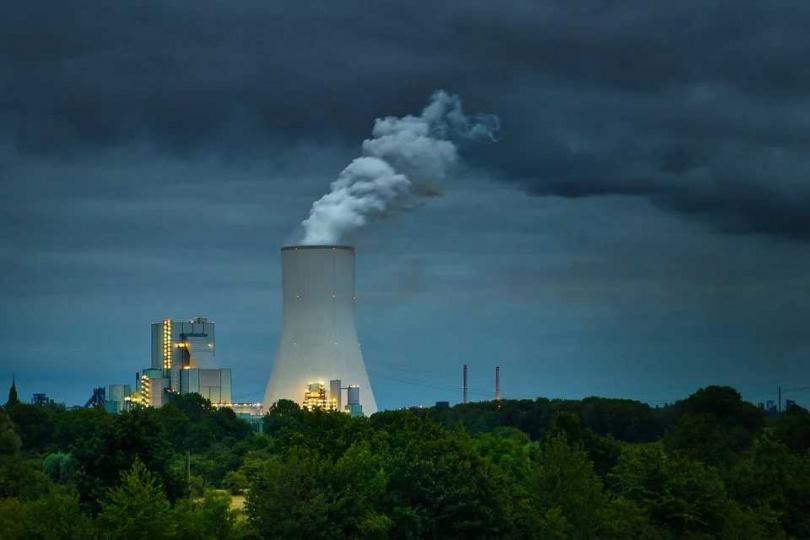 空氣汙染的情況越來越嚴重,不論是發電廠,或個人所使用的噴霧劑,都會排放空氣污染物。(圖/Pixabay)