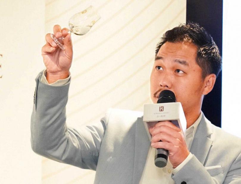 在《酒訊》雜誌社社長吳志彥眼中,江偉正很喜歡交朋友,也很講義氣。(圖/吳志彥提供)