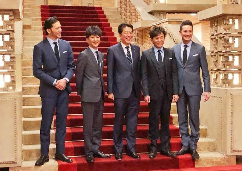 TOKIO去年年12月28日於首相公邸會見時任日本首相安倍晉三(中)。(圖/維基百科)