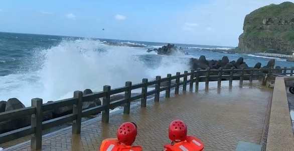 鼻頭角風景區前方海域今海象惡劣,巨浪高2公尺。(圖/翻攝畫面)