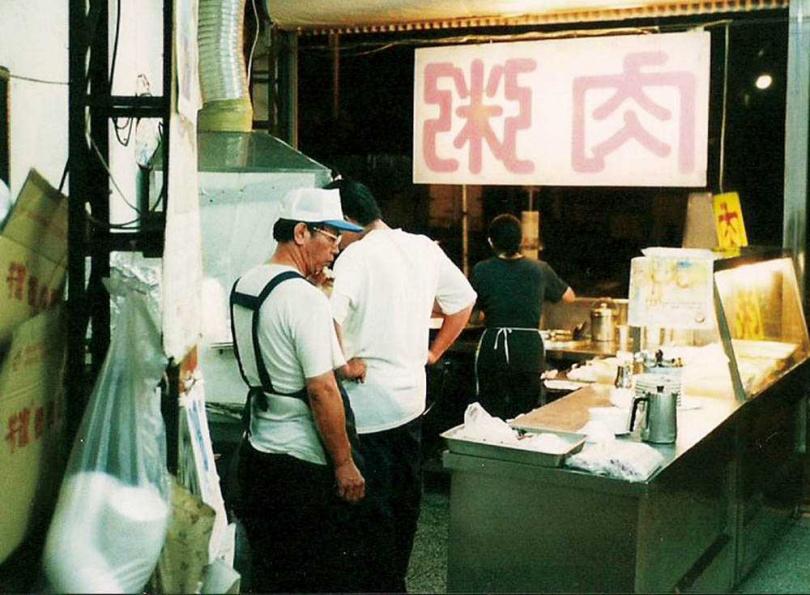 早期阿旺澄沒有店名,門口只掛著大大的「肉粥」,當時林澤玉負責招呼客人,張貴美負責料理。(圖/阿旺澄提供)