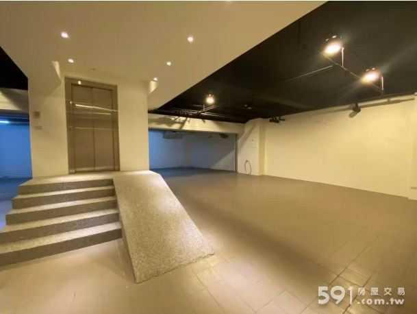 屋內設計感十足,還有近50坪的超大車庫。(圖/翻攝自591房屋網)