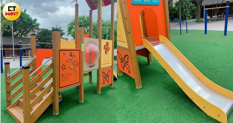 一旁的小型溜滑梯也是原木材質,雖然比較簡單,但對2-5歲的小朋友來說很夠玩囉。(圖/吳雅鈴攝影)