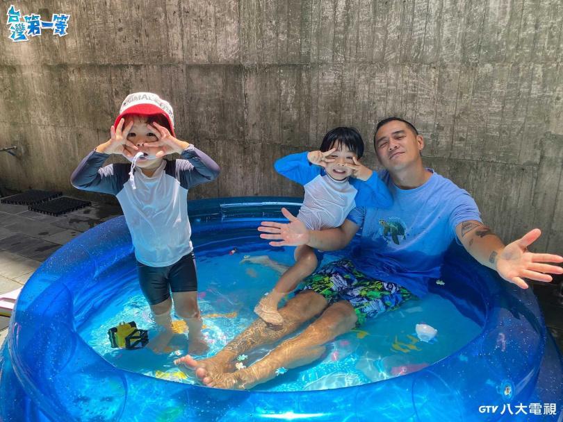 竇智孔跟小孩一起玩水解悶。(圖/八大)