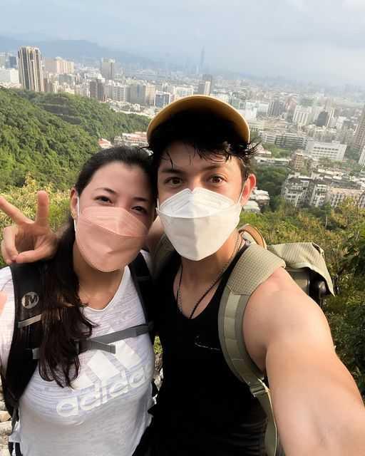 田舞陽與妹妹團聚後遇到三級警戒,日前相約爬山。(圖/翻攝自舞陽臉書)