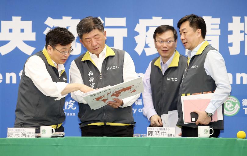 指揮中心發言人莊人祥(右二)晚間表示,將針對確診者停留超過15分鐘地點,發送簡訊提醒。(圖/報系資料照)