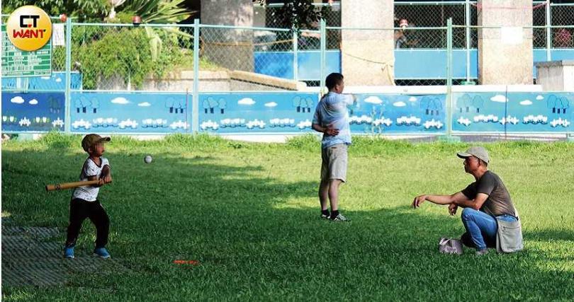 為讓兒子練習揮棒,蔡爸當起投手餵球。(圖/本刊攝影組)