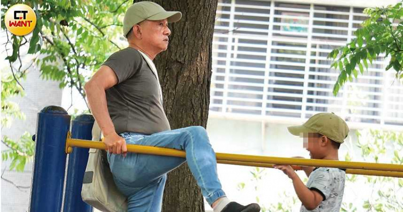 60多歲的蔡爸在兒子面前示範單槓,身子骨相當硬朗。(圖/本刊攝影組)