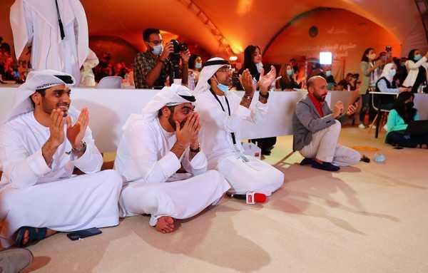 科學家於杜拜穆罕默德·本·拉希德太空中心同步觀看「希望號」升空,每個人都歡欣鼓舞。(圖/路透社)