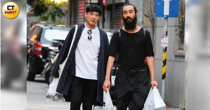 柯家長子柯家洋與餐廳的工作人員,一起步行返家。(圖/本刊攝影組)
