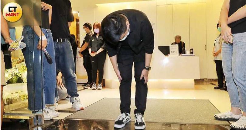 小鬼經紀人Dino出靈堂向在場媒體鞠躬致謝。(圖/張祐銘攝影)