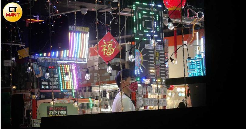 張立昂進入一家LED材料店採買燈具相關商品。(圖/本刊攝影組)