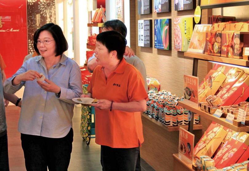 總統蔡英文也是華珍煎餅的忠實顧客,每次到屏東一定會至店內拜訪。(圖/華珍食品提供)