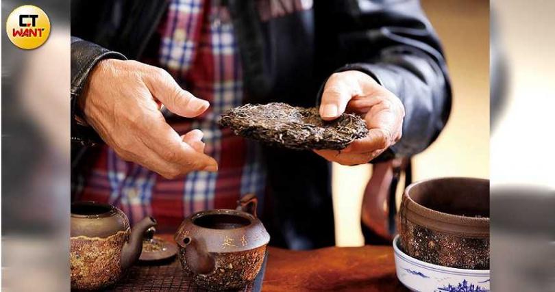 普洱茶較常緊壓成磚、餅、坨等方式呈現,古稱團茶。(圖/王永泰攝)