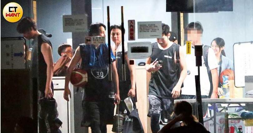 王子、劉書宏和張庭瑚等人晚了幾分鐘現身,眾人在門口和羅志祥碰頭。(圖/本刊攝影組)