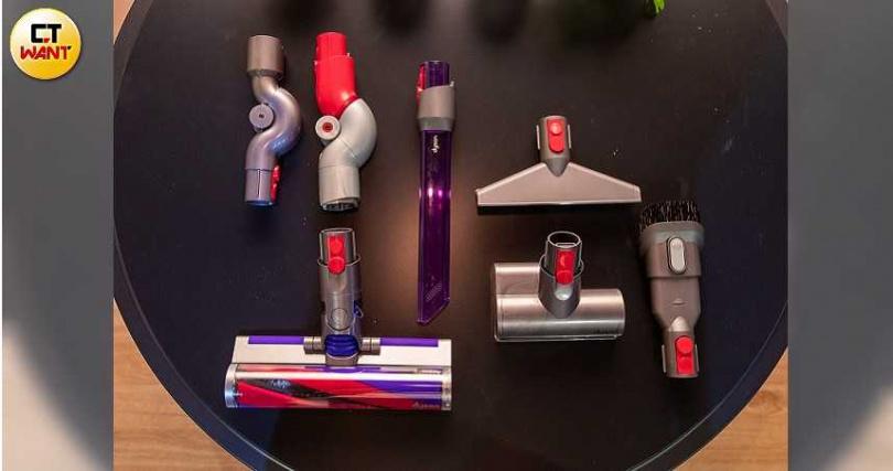Digital Slim盒裝附有七種吸頭,包括會發光的LED隙縫吸頭和輕量軟質碳纖維吸頭。(圖/張文玠攝)