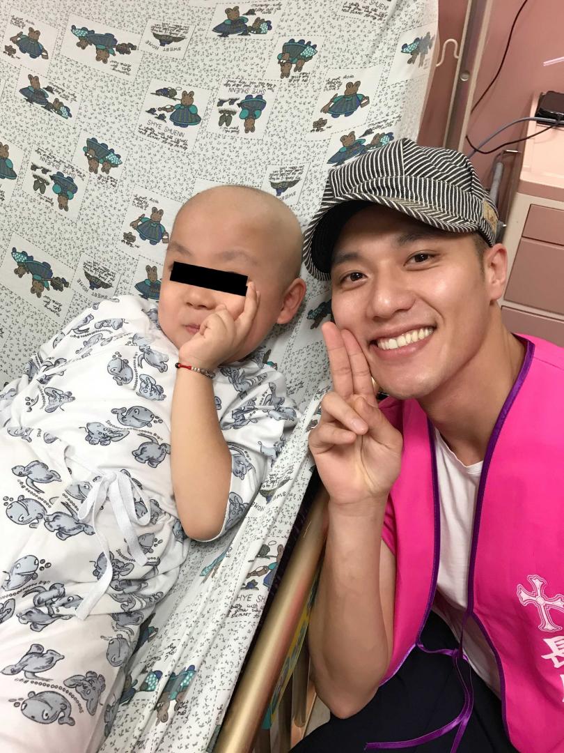張睿家到醫院為病童禱告、唱詩歌。(圖/周子娛樂提供)