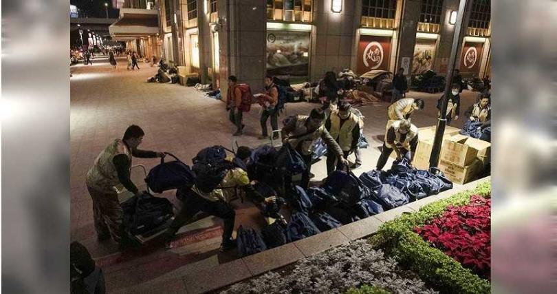 志工於夜間抵達台北車站後,隨即進行物資整理,準備致贈給周邊的街友。道家人文協會提供