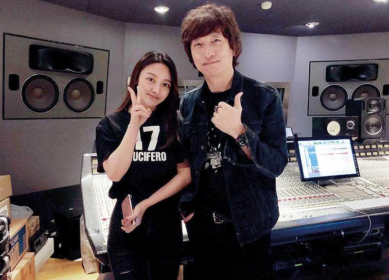 由於對音樂充滿熱情,王笑雪來台灣時還特地向音樂製作人薛忠銘請益。(圖/聚星文創提供)