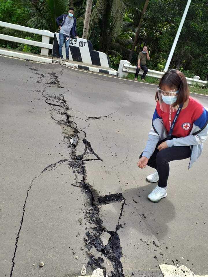 柏油路上出現相當大的龜裂裂痕。(圖/Twitter)
