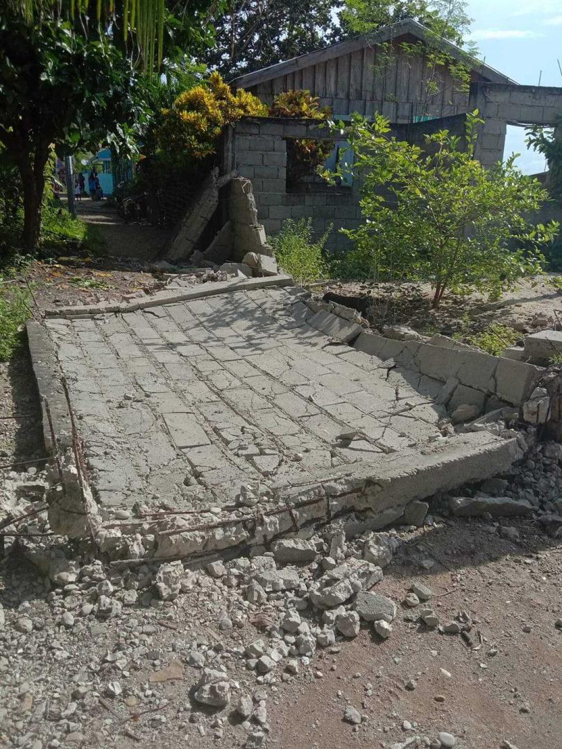 地震發生後,不少房屋受損、倒塌和道路受損的情況。(圖/Twitter)