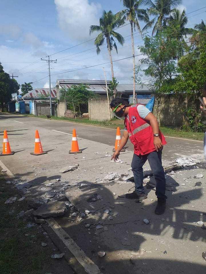 地震劇烈搖晃造成道路損壞。(圖/Twitter)