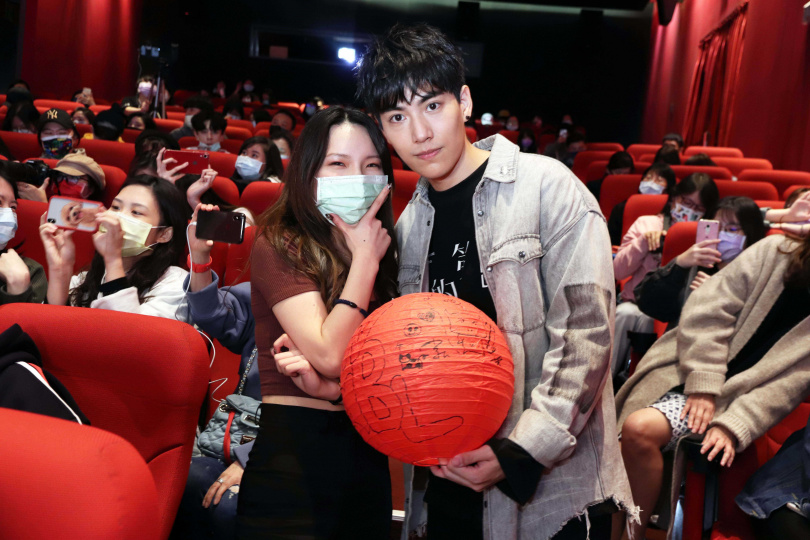 林子閎(右)特映會現場贈送手繪元宵燈籠給幸運粉絲。(圖/WeTV、結果娛樂提供)