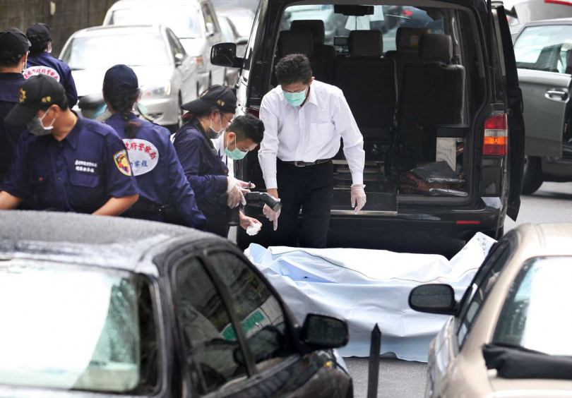 員警將死者遺體移往殯儀館。