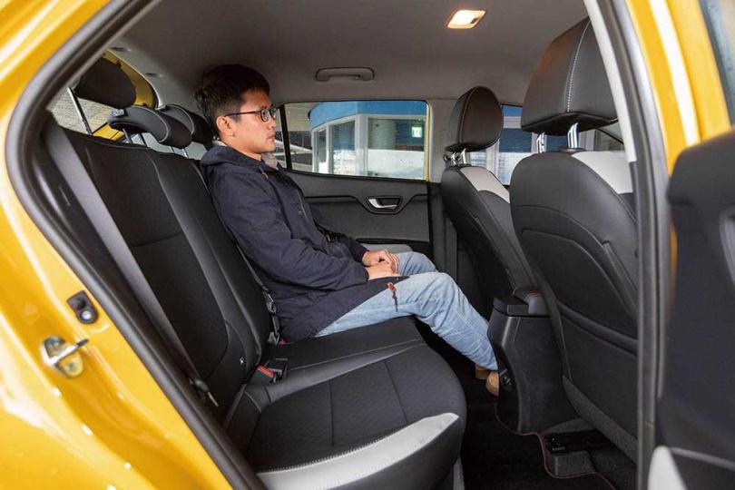 薄型化的前座椅背,使得後座乘客的腿部空間更為充裕。(圖/張文玠攝)