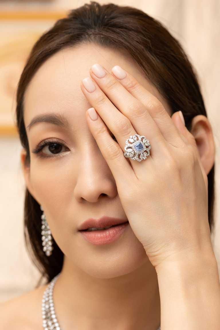 名模李曉涵優雅演繹DE BEERS「Reflections of Nature」系列高級珠寶,Ellesmere Treasure藍鑽戒指╱128,850,000元。(圖╱DE BEERS提供)