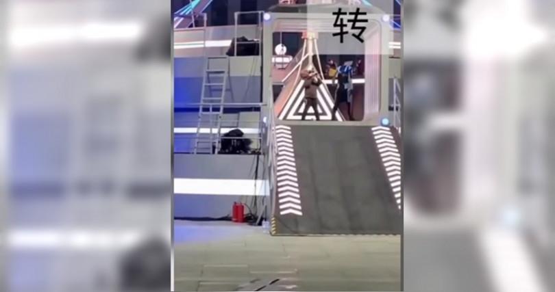 男星高以翔在錄大錄節目時猝逝,漸漸跑不動畫面曝光。(圖/翻攝自新浪娛樂)