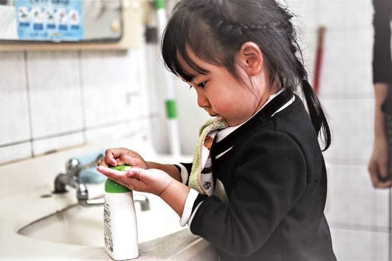 除了以肥皂勤洗手,也可使用75%稀釋酒精或乾洗手殺死病毒(圖/報系資料庫)
