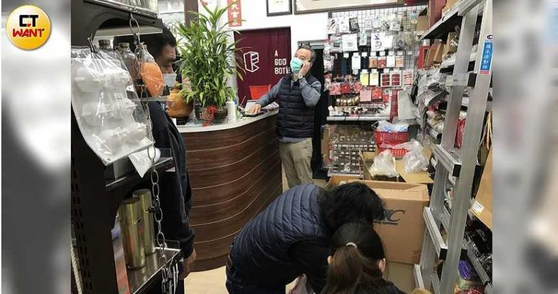 良瓶瓶子工坊負責人郭庭煌,這段期間洽購電話接不完。(圖/李蕙璇攝)