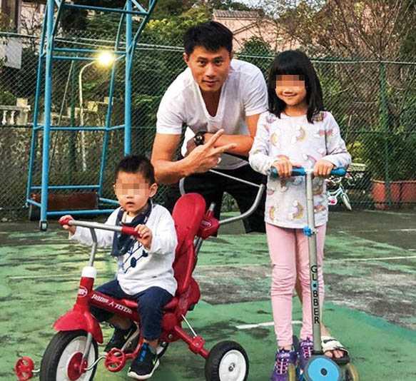 與林文晴結婚生子後,小刀很享受當爸爸的快樂,經常在臉書大曬小孩的照片,父愛十足。(圖/翻攝自彭小刀臉書)