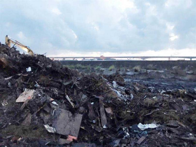 彰化縣大城鄉東港村三林橋附近農地堆積的垃圾山,狂燒3天2夜,總算撲滅。(圖/彰化縣政府提供)