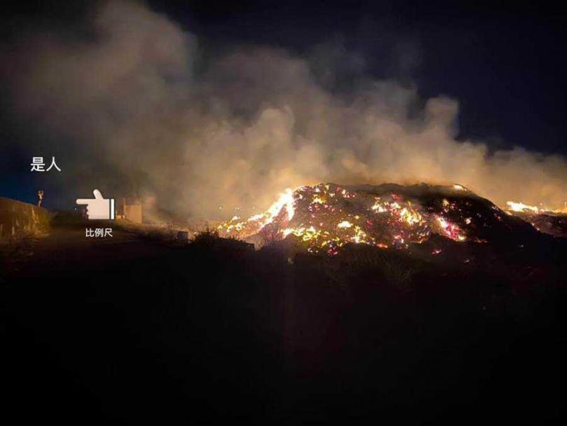 彰化縣大城鄉東港村三林橋附近農地堆積的垃圾山,狂燒成煉獄。(圖/大城人的大小事)