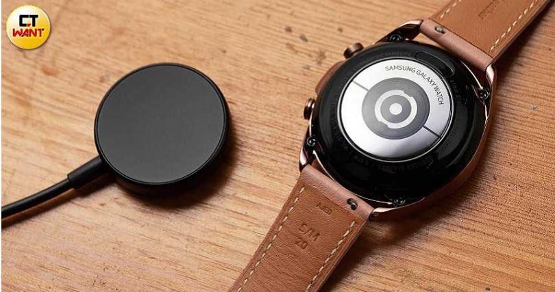 手錶背面採無線充電設計,內建247mAh鋰電池。(圖/張文玠攝)