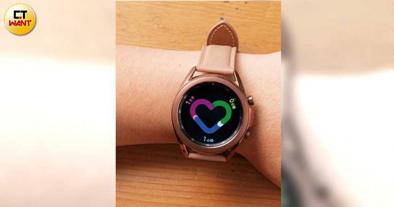 Galaxy Watch3的健康指標以綠、藍、紅三色顯示,分別代表健身分鐘數、每小時活動次數、消耗卡路里等。(圖/張文玠攝)