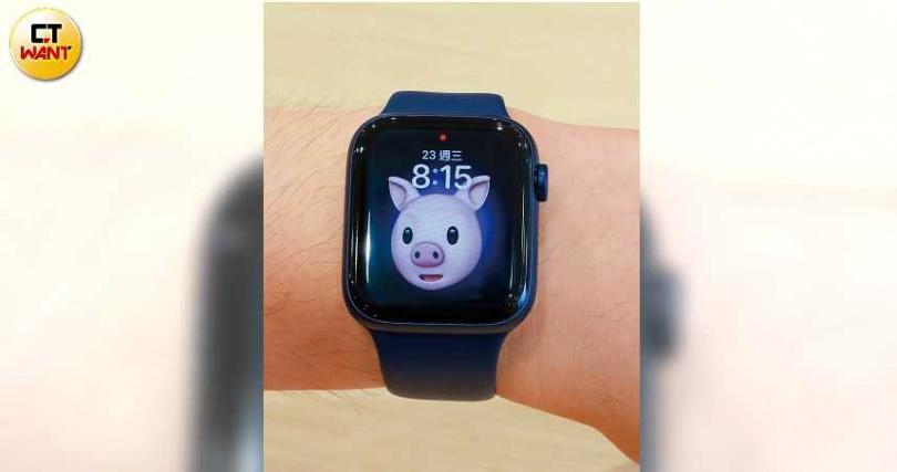 可愛的Memoji動物表情貼圖,從iPhone搬到手錶螢幕上了。(圖/馬景平攝)