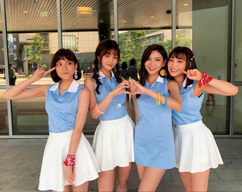 2017年劉芳芸(左2)以女團「IVI」正式出道,但僅發行過一張單曲,近年將重心擺在戲劇和綜藝。(圖/翻攝自劉芳芸IG)