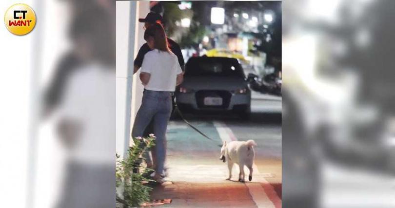 經過5分鐘的調情,小倆口牽著愛犬走回疑似男方的公寓。(圖/本刊攝影組)