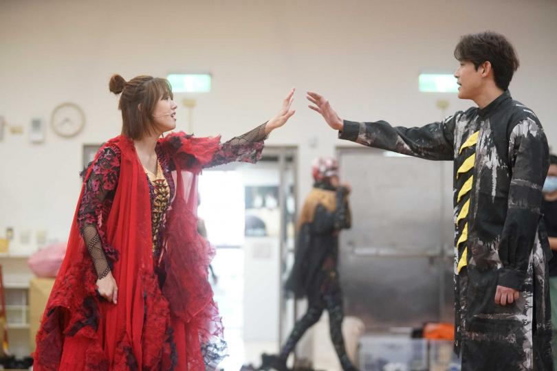 方志友(左)與陳乃榮在魔幻音樂劇《妖怪臺灣》有對手戲。(圖/故事工廠提供)