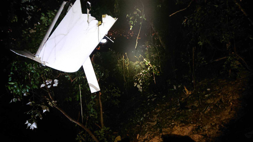 警消尋獲失聯的輕航機時機體已經四分五裂掛在樹上,機上2名教練和學員倒臥在距離機體不遠處,已經明顯死亡。(圖/民眾提供)