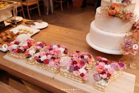 王陽明準備有著妻子英文名字字樣的花朵蛋糕。(圖/翻攝自Instagram/dizzydizzo)