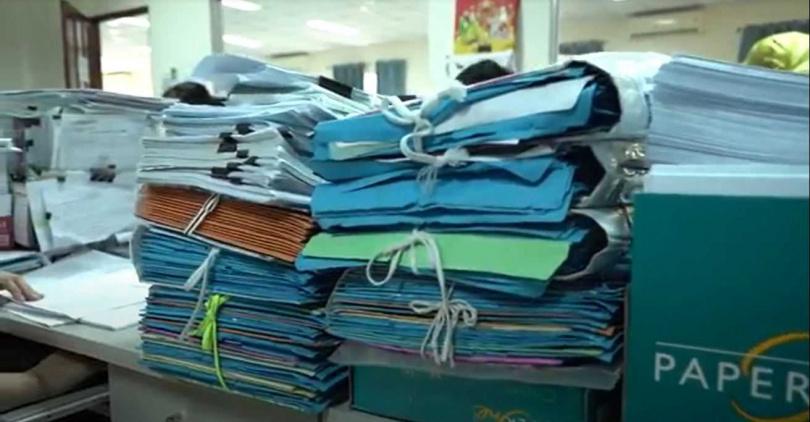 光隆實業越南湄公廠過去計算薪資等作業,需要許多人公作業與紙張。(圖∕翻攝鋒形科技)