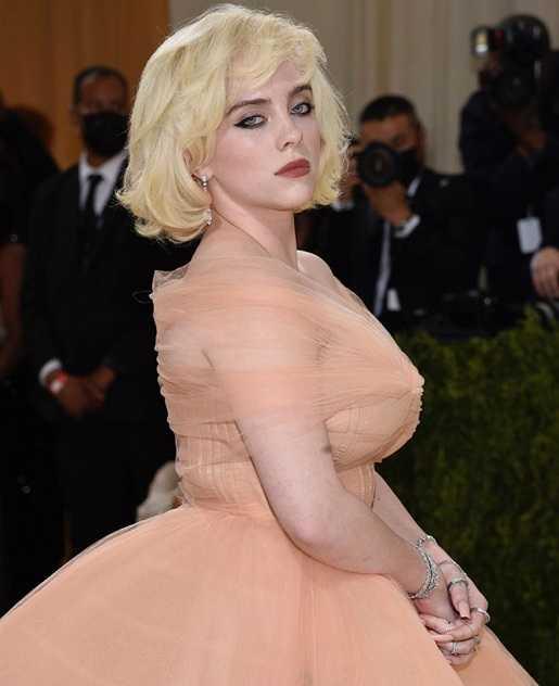 歌手怪奇比莉(Billie Eilish)佩戴卡地亞頂級珠寶,搭配疊戴「Reflection de Cartier」系列作品,展現復古女神氣勢。(圖╱取自IG)