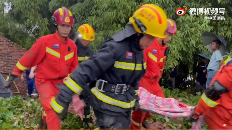 消防人員救出生還者。(圖/微博)